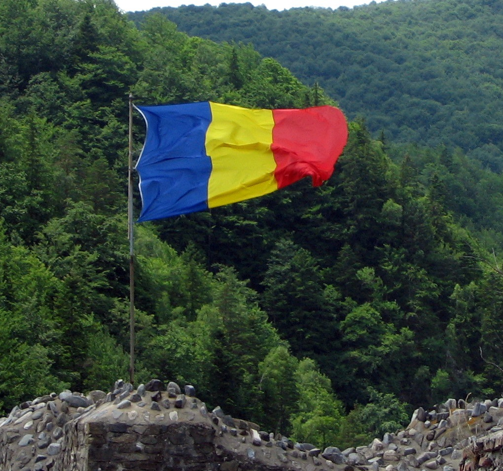 Flag_of_Romania_on_the_Poienari_Fort