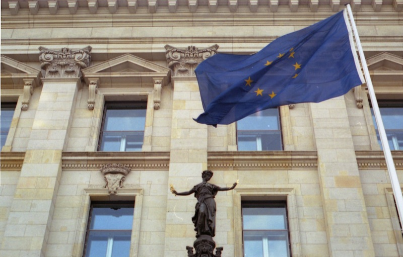 European_flag_in_front_of_a_building