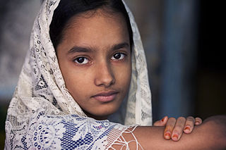 India_-_Varanasi_girl_with_scarf_-_2635